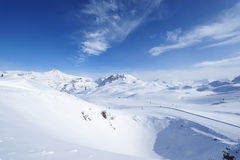 与雪的山在冬天 免版税图库摄影