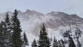 与雪的山峰 免版税图库摄影