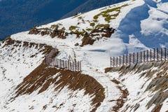 与雪的山行迹 免版税库存照片