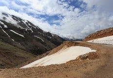 与雪的山风景锐化与熔化的雪和云彩 库存照片