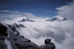 与雪的岩石山 免版税库存照片