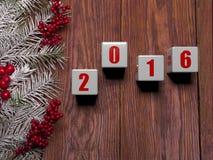 与雪的新年快乐卡片在木背景 免版税图库摄影