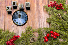 与雪的新年快乐卡片在木背景 免版税库存图片