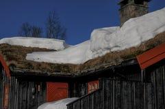 与雪的村庄在屋顶 免版税图库摄影