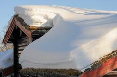 与雪的村庄在屋顶 免版税库存照片