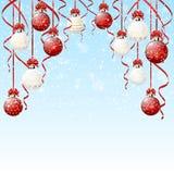 与雪的红色和白色圣诞节球 免版税库存图片