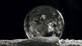 与雪的结冰的冰球剥落花