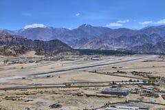 与雪的美好的风景在拉达克,印度加盖了喜马拉雅山山和一个Leh机场 免版税图库摄影