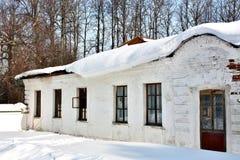 与雪的老庄园在屋顶 免版税库存图片