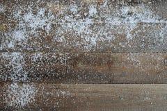 与雪的老木纹理 图库摄影