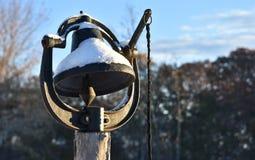 与雪的老黑正餐铃声对此 免版税库存照片