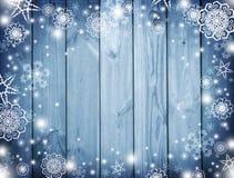 与雪的蓝色木背景 弗罗斯特,在委员会的雪花 冬天 圣诞节 庆祝的背景 背景新年度  免版税图库摄影