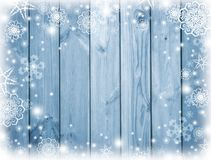 与雪的蓝色木背景 弗罗斯特,在委员会的雪花 冬天 圣诞节 庆祝的背景 背景新年度  免版税库存照片
