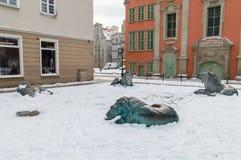 与雪的说谎的狮子纪念碑 免版税图库摄影