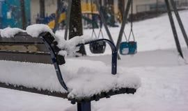 与雪的长凳 免版税图库摄影