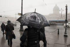 与雪的雨在圣彼德堡 免版税图库摄影