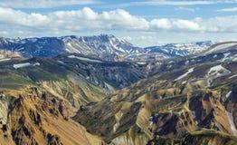 与雪的高五颜六色的山土坎加盖从Blahnakur山, Landmannalaugar,冰岛山顶的看法  免版税库存照片