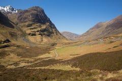 与雪的Glencoe谷苏格兰英国著名苏格兰幽谷在苏格兰高地在春天冠上了山有清楚的蓝天的 库存图片
