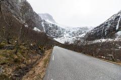 与雪的Trollstigen在2017年4月 这条蜒蜒山路在劳马,挪威,在冬天被封锁和及早 库存图片