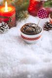 与雪花、蜡烛和圣诞树的巧克力杯形蛋糕 免版税库存图片
