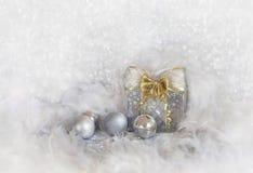 与雪花和银球的圣诞节背景 免版税图库摄影
