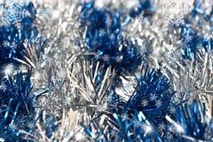 与雪花和闪亮金属片的圣诞节背景 图库摄影