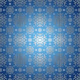 与雪花模式的蓝色背景。 库存照片
