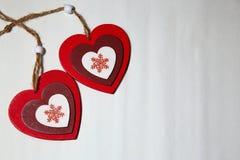 与雪花的两美好的明亮的心脏在一白色backgroun 库存图片
