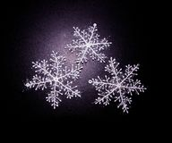 与雪花的冬天黑背景 免版税图库摄影