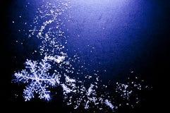 与雪花的冬天黑背景 库存照片