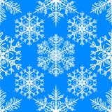 与雪花的圣诞节无缝的样式在蓝色背景 向量例证