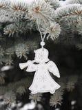 与雪花的圣诞节白色天使在圣诞树 免版税库存照片