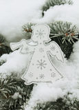 与雪花的圣诞节白色天使在圣诞树 图库摄影
