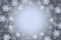 与雪花的抽象灰色冬天背景和拷贝空间在中心 图库摄影