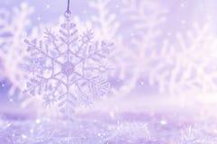 与雪花的浅紫色的背景 抽象空白背景圣诞节黑暗的装饰设计模式红色的星形 库存照片