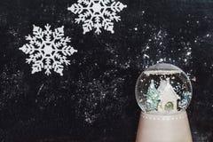 与雪花的玻璃球在黑暗的背景 免版税库存图片