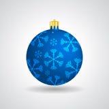 与雪花的蓝色圣诞节球 库存照片