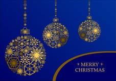 与雪花的金黄圣诞节球在蓝色背景 免版税库存图片
