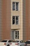 与雪花的Windows在办公楼 免版税图库摄影