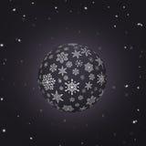 与雪花纹理和黑背景的夜雪球 免版税库存照片