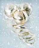 与雪花装饰的金黄发光的圣诞节球 图库摄影