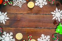 与雪花,锥体,糖果的圣诞节背景,烘干了桔子和柠檬,装饰品,装饰 库存图片