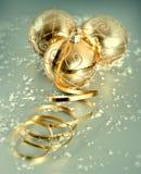 与雪装饰的金黄圣诞节球 免版税库存照片