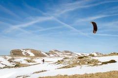 与雪风筝的滑雪者乘驾 免版税库存图片