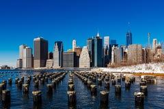 与雪,纽约美国的冬天更低的曼哈顿地平线 库存图片