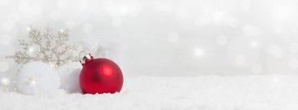 与雪水晶的圣诞节背景 免版税库存照片