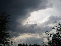 与雷云的美好的夏天日落 免版税库存图片