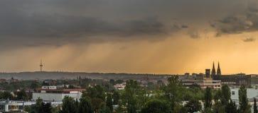 与雷暴的黑暗的云彩在雷根斯堡,德国上 库存图片