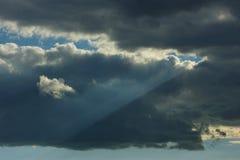 与雷暴云彩的天空 免版税库存图片
