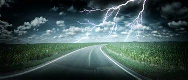 与雷暴的全景风景在乡下公路 库存照片
